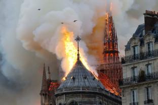 În Săptămâna Mare catolică - Catedrala Notre Dame în flăcări