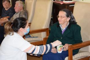 Mărturia îngrijitoarelor din căminele Caritas Catolica - Cum e să trăieşti izolat la locul de muncă