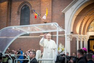 Papa Francisc spune că a fost o bucurie să pășească precum un pelerin - Alături de români