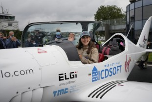 O tânără de 19 ani a decolat într-o tentativă de record mondial - Călătorie în jurul lumii