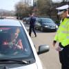 Poliţiştii rutieri au oferit flori şi felicitări şoferiţelor - Ziua Femeii, marcată în trafic