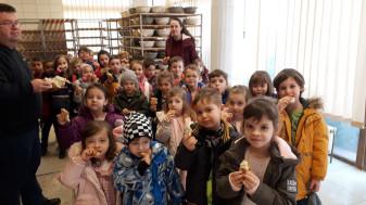 """Preșcolarii de la Don Orione, în vizită la brutărie - """"De la boabele de grâu, la pâinea cea caldă"""""""