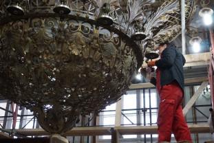 Reabilitarea clădirii Primăriei Oradea - Se restaurează candelabrul din Sala Mare