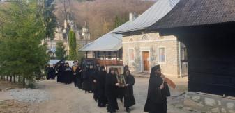 Pentru încetarea epidemiei în Bihor şi întreaga ţară - Procesiune cu odoare sfinte la Mănăstirea Izbuc