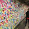 Bileţele lipite pe pereţii unei staţii de metrou - Zid anti-Trump la New York