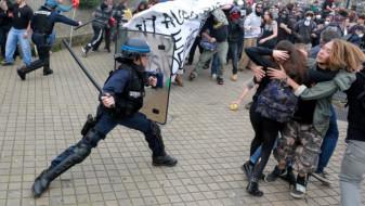 Poliţia rusă a dispersat prin violenţă manifestaţiile opoziţiei - Putin apără bastonul