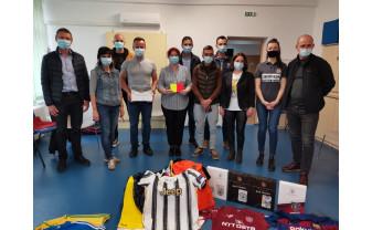 """""""Cavalerii Fluierului"""" au donat Asociaţiei S.O.S. Autism Bihor - Cartonaşele cu autograful lui Haaland printre suvenirurile oferite"""