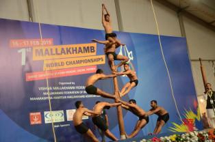 Prima ediţie a campionatului mondial de mallakhamb - Acrobaţii pe stâlp