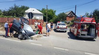 O maşină a intrat într-un cap de pod, şoferul a rămas încarcerat - Accident în Tarcea