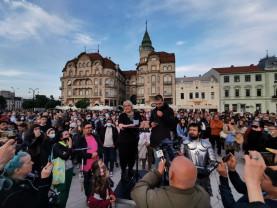 Protest cu ștaif la Oradea – Artiștii au ieșit în piață și pentru spectatori