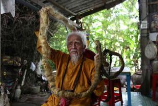 """Din motive religioase, un vietnamez nu s-a tuns de aproape 80 de ani - O """"codiţă"""" de cinci metri"""