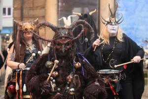Austria are probleme cu obiceiurile tradiţionale care au luat-o razna - Demonii Krampus au înebunit