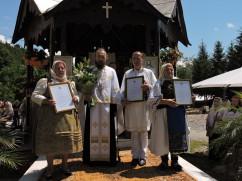Sute de pelerini la slujbe - Bucuria reîntâlnirii la Mănăstirea Izbuc
