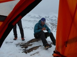 Alpiniștii români care fac un traseu în premieră mondială - Îngropați de o avalanșă