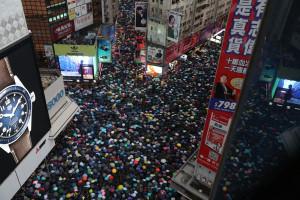 Peste 100.000 de persoane au manifestat paşnic la Hong Kong - Pentru libertate şi democraţie